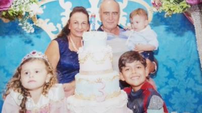 Nilton Gonçalves e Patrícia com os netos Cecília, Otávio e o aniversariante Bernardo