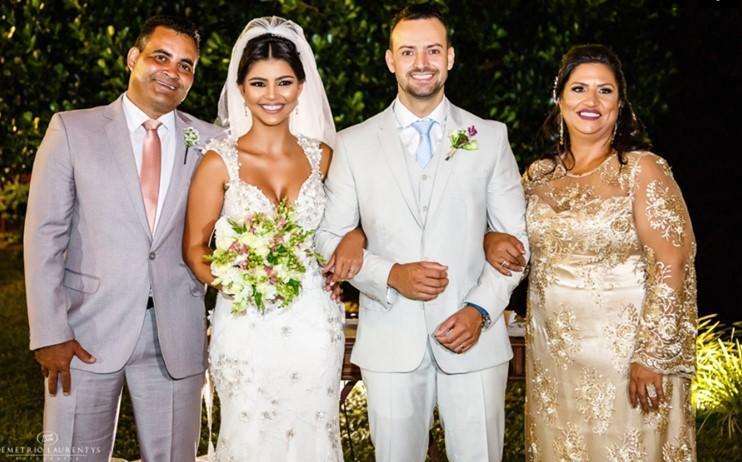 Cena da Cerimônia de casamento de Débora e Wilk, na Fazenda Vila Imperial, na cidade de Mateus Leme. Na foto, o casal com os pais, Joel Márcio e Valdirene Dias