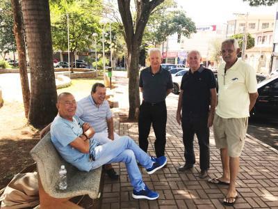 Os bate-papos aos domingos na Praça, contam sempre na roda com José Luis Guimarães, Elmon Rabelo, Sérgio Nogueira (Tarefa), Luizinho Guimarães  e Vandão. O pr