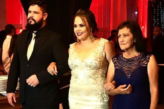 A formanda Isabela Teixeira com a mãe Custódia  e o namorado Cleiton Garcia, da cidade de Juatuba