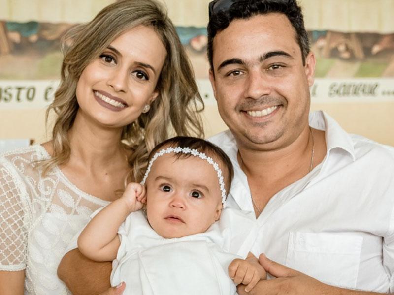 Em destaque, o batizado da pequena Maria Fernanda,  com os pais, Fernando Hubner e Bárbara