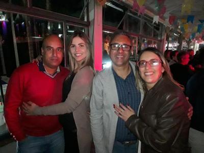 O casal Cassiano Rocha (Diretor do Clube) e Flávia Debique  com Willer César Neto (Presidente do Iate) e Jaqueline, no Forró