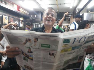 O renomado jornalista e apresentador da Rádio Itatiaia e TV Record Minas,  Eduardo Costa, em destaque com a Folha do Povo no Mercado Central em BH