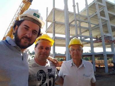 Os vereadores Marcinho Hakuna e Lucinho com o secretário de Infra-estrutura, Francisco Ramalho, durante visita a obra do novo Centro Administrativo.  Marcinho postou foto e comentou nas redes s