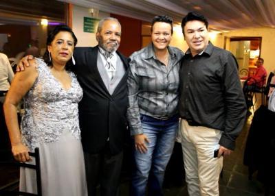 O casal Adilson Nogueira (fotógrafo) e Kátia Colares (professora) com Flávia Caetano e o radialista Mário Debique durante as comemorações das Bodas de Prata