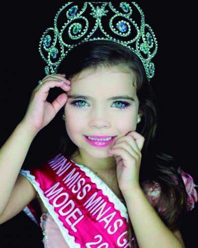 A linda itaunense Ana Júlia com apenas 5 aninhos vai disputar em São Paulo o título de Miss Brasil Mirim. Ela é filha de Tatiane e Luciano e estuda no Educare