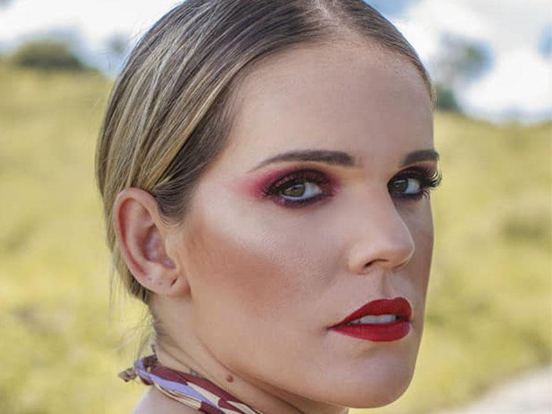 A maquiadora Carolina Arcanjo vai expor fotos de seus trabalhos no local - Giovanna Regal fotografia