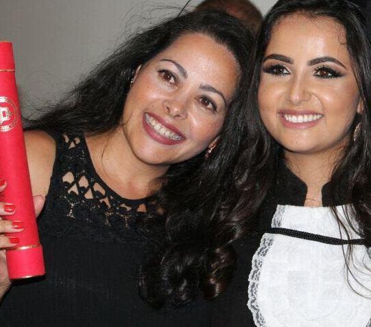 A formanda em Ciências do Estado Maria Isabela Pacheco (à direita)  e sua mãe Adriana após cerimônia de Colação de Grau em Belo Horizonte