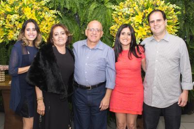 Stela Medeiros comemorou seus 60 anos ao lado do, Antônio Augusto,  das filhas Rachael e Renata, e do genro Marcelo