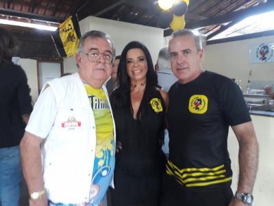 Este colunista e o casal Valéria Guimarães e Nando.  Ela, madrinha da bateria do Zuluzinhos