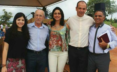 Luiza, o ex-prefeito Osmando, Rose Campos, Padre Marcelo e Pastor Gilberto,  em uma celebração ecumênica