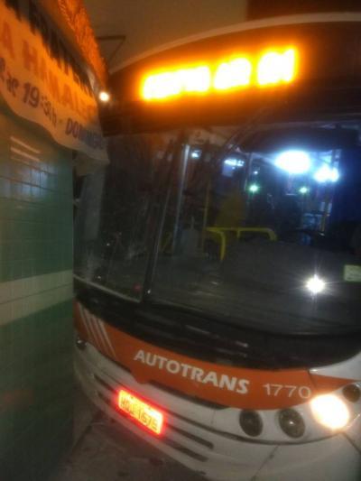 Buraco na rua fez ônibus invadir sacolão