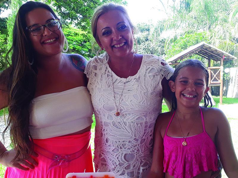 A aniversariante Luciene Parreiras, ladeada pelas filhas, Bárbara e Catarine