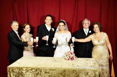 Com uma bela cerimônia, os noivos Bruna e Márcio disseram sim na Igreja Matriz no sábado dia 28 de janeiro.  Na foto o casal brindando a união ao lado dos pais Márcio