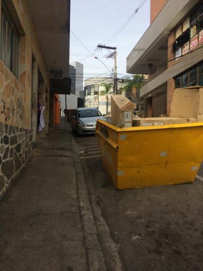 Caçambas ocupam vagas de estacionamento por semanas