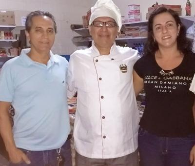O casal proprietário do Gula e Gole, Lucilene e Delber Alves,  ladeando o chefe de cozinha Bruno Dino Mancini (vide nota)