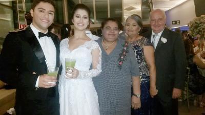 A nossa querida amiga Elza Lopes com o casal Smeni Santos, Francescano Bretan e os noivos Laís e Thiago, no último final de semana na capital mineira