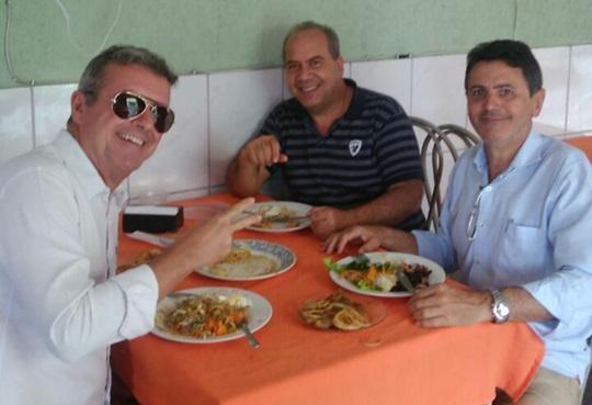Os amigos Manel da Zinha, Jairinho e Rogério no restaurante Cantina  Dona Rosa da irmã do nosso amigo, melhor dizendo do amigão,  Aguinaldo Pimentel. Gente finíssima!!