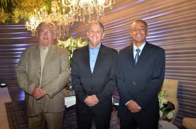 O diretor Presidente da Unimed, Dr. Geraldo Eustáquio (ao centro), ladeado pelos diretores,  Dr. Augusto Machado (Financeiro) e Vinícius Guimarães (Administrativo)
