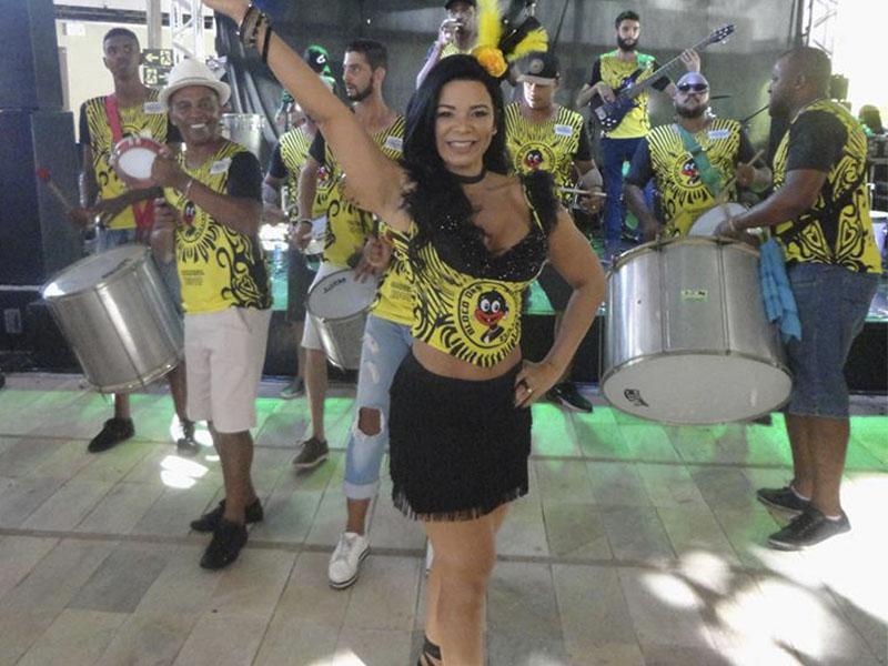 A diva Valéria Guimarães, madrinha de  Bateria do Zuluzinhos. Valéria é um espetáculo