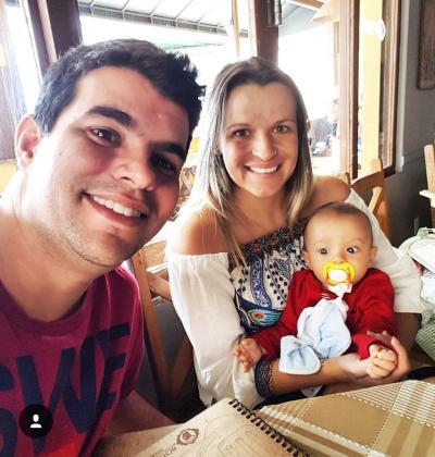 O casal Fernando Penido e Flávia, com o filho Gabriel, curtindo o fim de tarde na Jove Soares