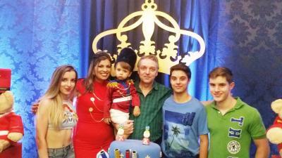 O  aniversariante Oliver, do último dia 26, com os pais  Cyntia e Luiz Mauricio  e os irmãos Artur,Vitor e Giovana (Vide nota)