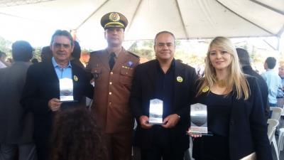 Homenageados pela PM Matarazo da Silva (pref. Itatiaiuçu), Samuel Nicomedes (Arquê) e Luciana, representante do Juiz de Direito Dr. Paulo Antônio de Carvalho e Major Elson Andrade