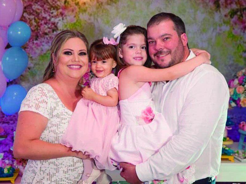O casal Cleisson Corradi  e Luciana Cuica, com as filhas Alice e a  pequena Júlia, que completou o primeiro ano de vida. Parabéns!