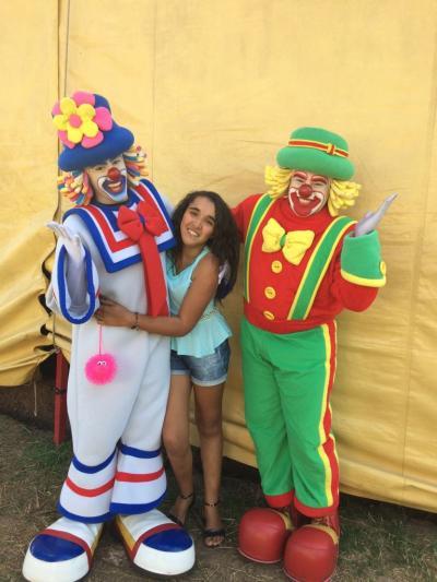 A garota Jucilene ladeada pela dupla de palhaços, Patati e Patatá,  no último final de semana, após apresentação no Circo Babilônia