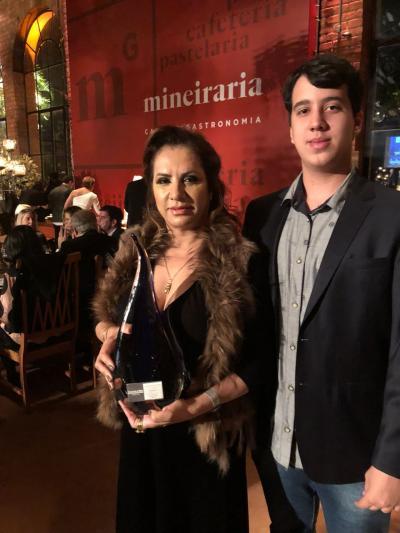 A executiva Dayse Guelmam, no evento Conexão Empresarial,  em Tiradentes, recebendo o Troféu ao lado do filho Ian