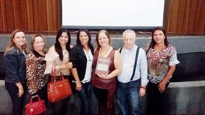Lançamento da biografia de Dona Graciana. Na foto, José Silvério, filho da homenageada e autor da obra, com familiares e educadoras