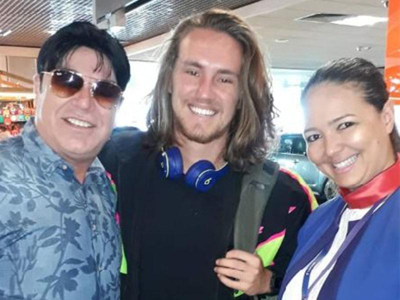 O cantor Vitor Kley, da música  Sol, e a Comissária de Bordo Monalva Marques, em São Paulo