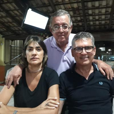 Esse colunista ladeado por Joel Milagre e Débora. Casal Nota Mil!