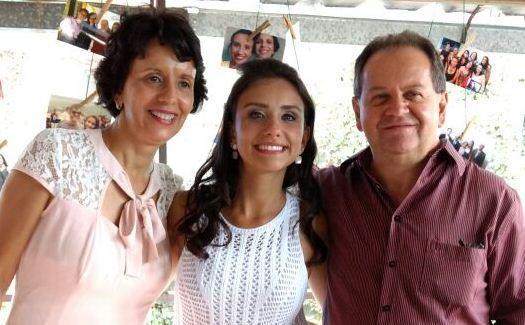 A bela Lidiane, que acaba de concluir o curso de Farmácia na UFOP,  com os pais  Denise e Adimivar em comemoração em Ouro Preto, após a missa de formatura